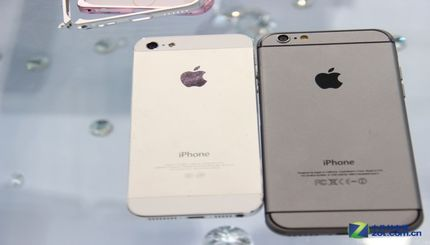 size 40 8f0db bb89f Apple iPhone 6 compared side-by-side with the iPhone 5 - The Tech Game